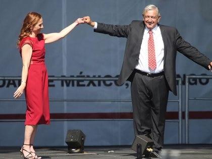 Andrés Manuel López Obrador celebrando un año como presidente de México junto a su esposa Beatriz Gutiérrez, en Ciudad de México, México. 1 de diciembre de 2019. REUTERS/Edgard Garrido