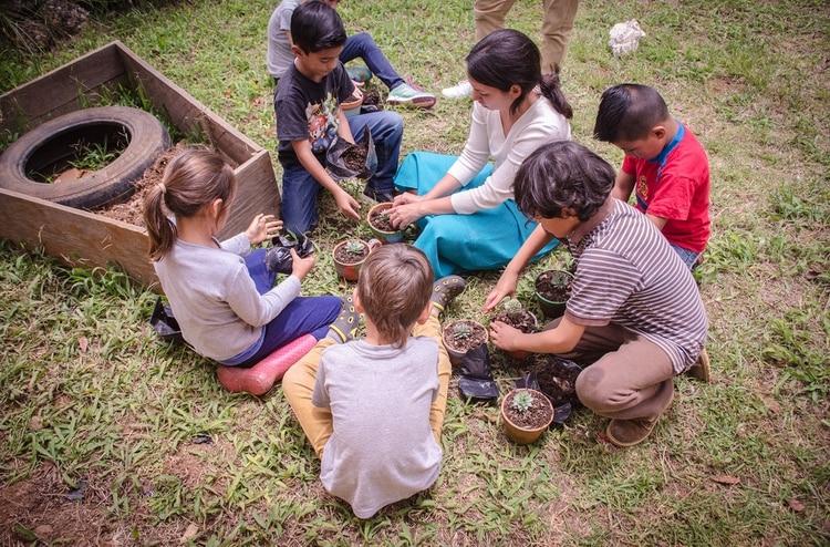 Los chicos de una escuela de Chiapas, México, aprenden en una huerta