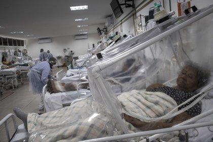 Una sala con pacientes en tratamiento de COVID-19 en el Hospital Municipal de Campaña Gilberto Novaes, en la ciudad de Manaos, Amazonas (Brasil). EFE/RAPHAEL ALVES