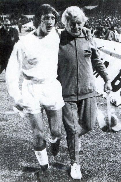 Una de los retratos que quedó del momento en el que Cruyff sale lesionado (Archivo Claudio Keblaitis)