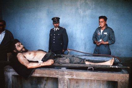 """El cuerpo de Ernesto """"Che"""" Guevara expuesto en Vallegrande, Bolivia (AFP/ MARC HUTTEN)"""