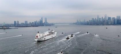 El USNS Comfort durante su entrada al muelle de Manhattan. Foto: REUTERS/Mike Segar