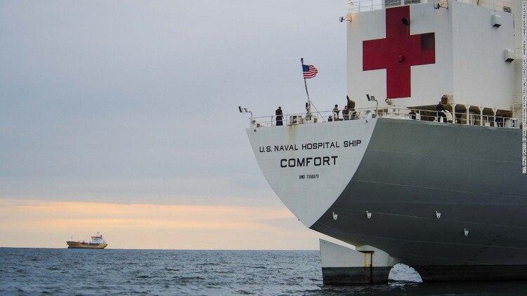 Como parte de su ayuda humanitaria, EEUU envió a varios países de América Latina el buque hospital USNS Comfort para brindar asistencia a migrantes venezolanos (Bill Mesta/Navy)