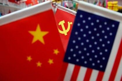 Las banderas de China, Estados Unidos y el Partido Comunista Chino en un puesto de banderas en el mercado mayorista de Yiwu en Yiwu, China
