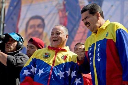 Diosdado Cabello y Nicolás Maduro (AP)