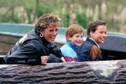 La princesa de Gales, Diana Spencer, con sus hijos, Harry y William.
