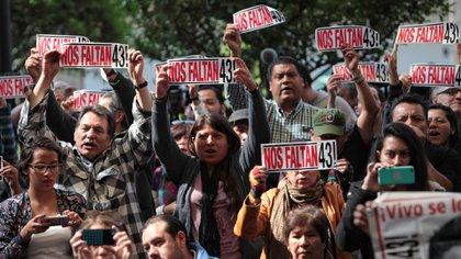Los padres de los 43 estudiantes de Ayotzinapa demandan celeridad, responsabilidad y puntualidad, para subsanar los vicios en las investigaciones realizadas durante el sexenio de Enrique Peña Nieto. (Foto EFE)