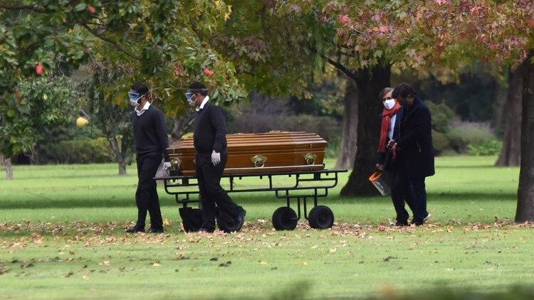 El cajón con los restos de Goldy Legrand, rumbo a su última morada (Fotos: Franco Fafauli)