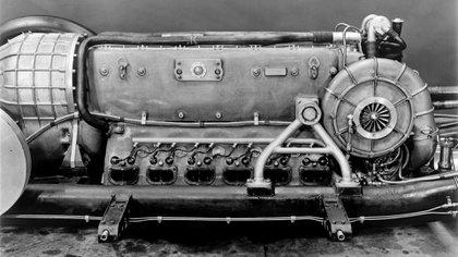 El motor V12 de un caza de combate, llevado a 3.000 caballos, pesaba una tonelada.