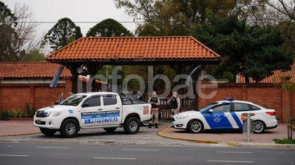 Otros dos vehículos de la Prefectura en la puerta que habitualmente custodia la Bonaerense