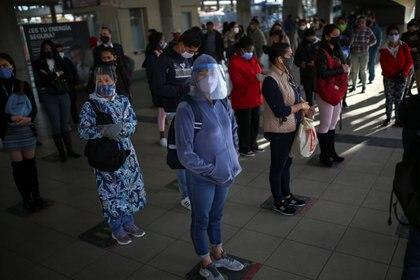 Gente usando máscaras y aplicando la distancia social. REUTERS/Luisa Gonzalez