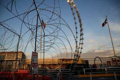 Alambre de espino bloqueando un camino hacia El Paso, Texas, EEUU,  en el puente fronterizo internacional Paso del Norte, visto desde Ciudad Juárez, México el 13 de marzo, 2020. REUTERS/Jose Luis Gonzalez