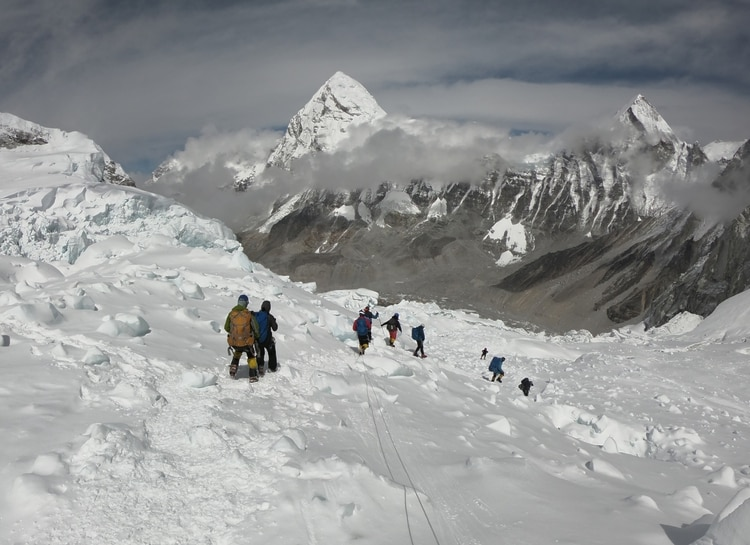 Montañistas en el campo uno del Everest en una foto tomada el 29 de abril 2019 (Phunjo LAMA / AFP)