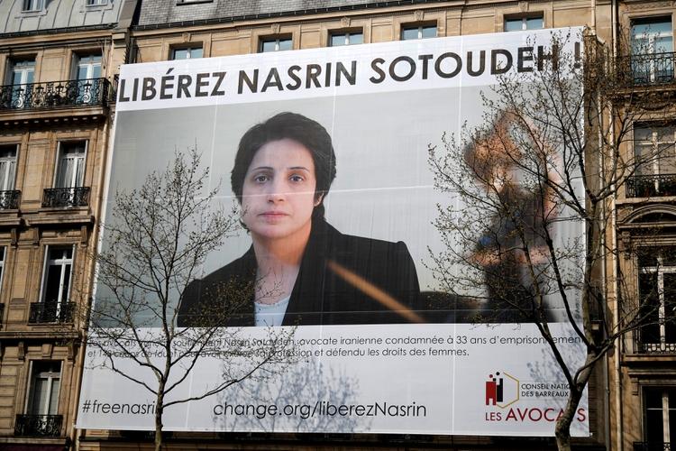 Manifestación en París reclama la liberación de la abogada y defensora de derechos humanos Nasrin Sotudeh (REUTERS/Charles Platiau/archivo)