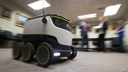 El robot de Starship Technologies brinda ayuda para entregar medicamentos en Richmond, EEUU   (AP Photo/Steve Helber)