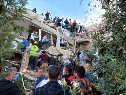 Tareas de rescate en un edificio derrumbado. REUTERS/Tuncay Dersinlioglu