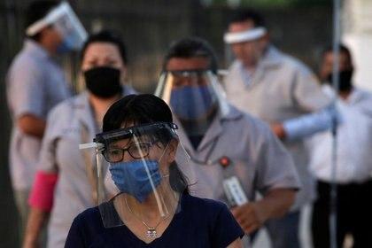 Trabajadores de la fabricante de autopartes Aptiv llegan a la planta de esa compañía en Ciudad Juárez, a pesar del brote de coronavirus. México. 18 de mayo de 2020. REUTERS/Jose Luis Gonzalez