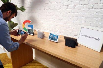 Una persona toma una presentación durante una presentación de productos de Google Nest . (EFE/Archivo)