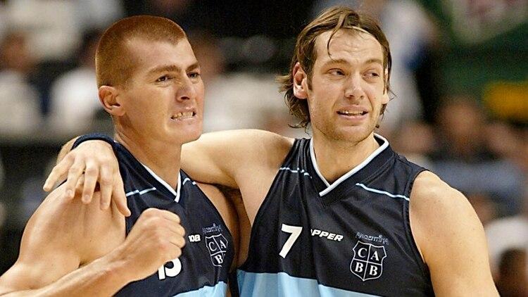 Rubén Wolkowyski junto a Fabricio Oberto, la dupla de internos que fue titular en el subcampeonato mundial de 2002 y en el oro olímpico del 2004 (NA)