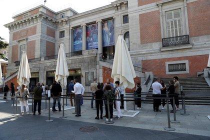 Vista de la cola en el Museo del Prado en Madrid (EFE/Kiko Huesca)