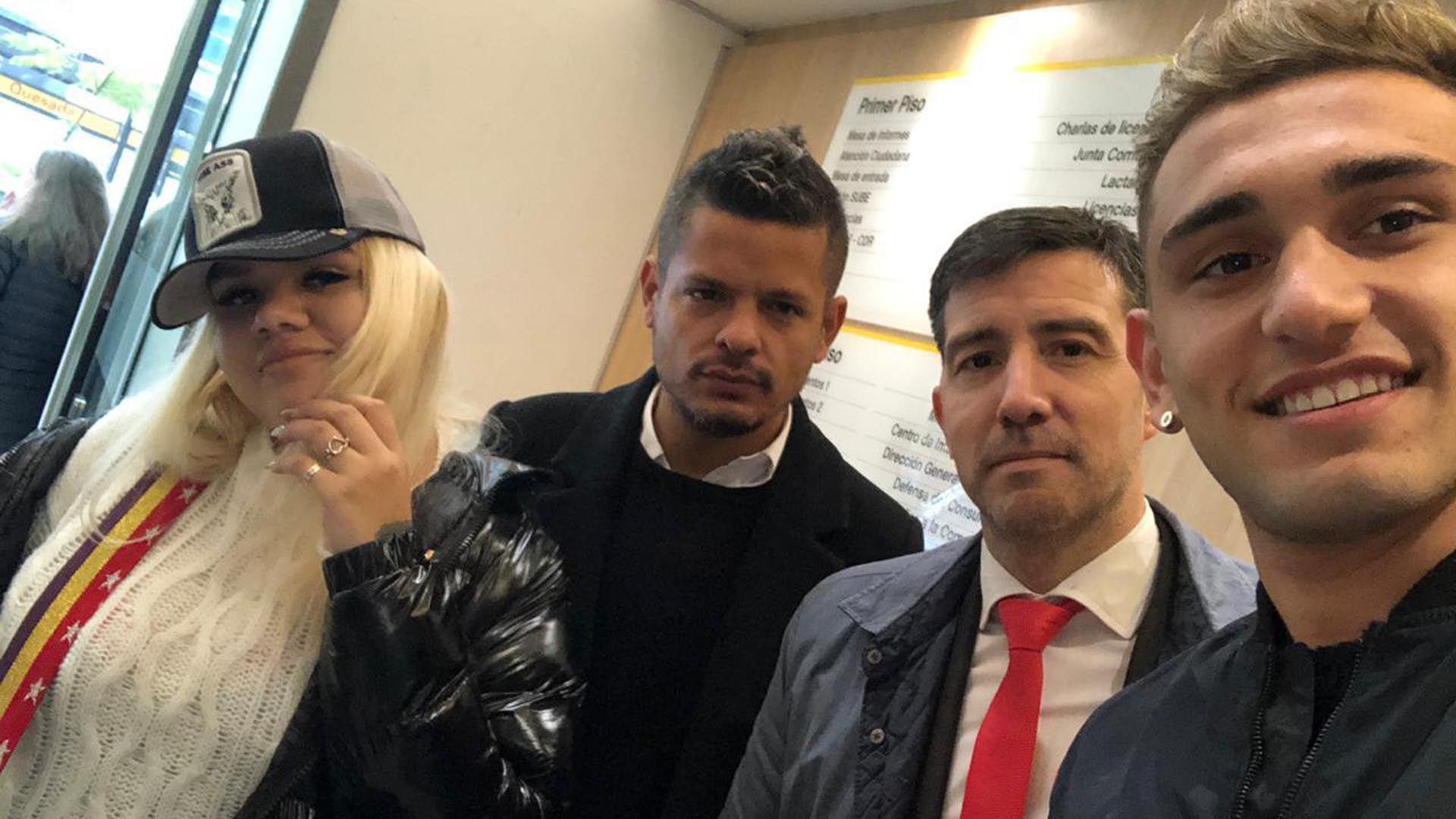 Morena Rial y Facundo Ambrosioni se tomaron se tomaron una selfie en el juzgado junto a sus respectivos abogados, Alejandro Cipolla (de ella) y Federico Albano (de él)