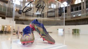 Messi subastó con fines benéficos el par de botines con el que rompió un mítico récord de Pelé: cuánto pagó el comprador