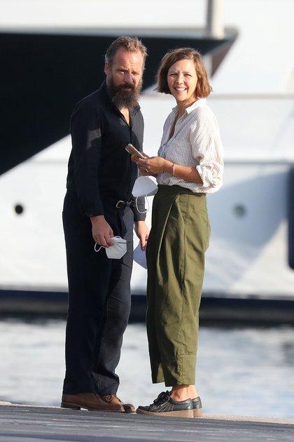 Maggie Gyllenhaal y su esposo, Peter Sarsgaard, viajaron a la isla griega de Spetses. Los actores estadounidenses disfrutaron de un paseo juntos durante este viaje. En mayo pasado celebraron 11 años de matrimonio después de casarse en 2009 durante una romántica ceremonia italiana  (Foto: Backgrid UK / The Grosby Group)