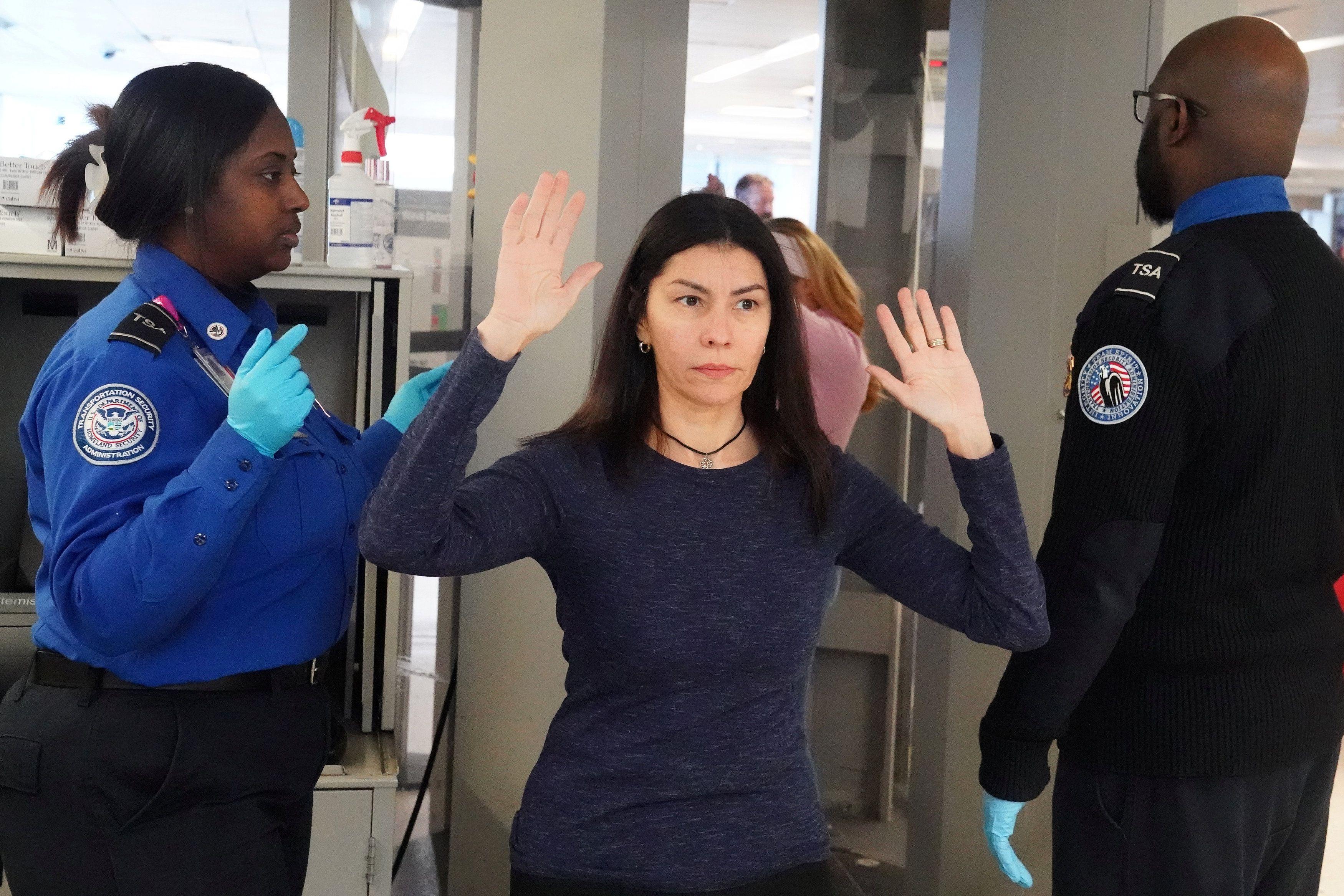 Una mujer es inspeccionada por agentes de la TSA estadounidense. REUTERS/Carlo Allegri