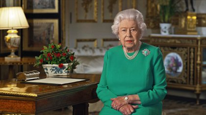 Desde el Palacio de Buckingham el 5 de abril de 2020, la reina Isabel II de Inglaterra instó a las personas a enfrentar el desafío planteado por el brote de coronavirus, en un discurso especial televisado dirigido a las naciones de Gran Bretaña y la Commonwealth