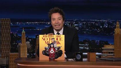 Jimmy Fallon presentó a Nicki Nicole sosteniendo su álbum