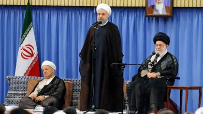El presidente de Irán, Hassan Rouhani, junto al líder supremo, ayatolá Ali Khamenei (derecha-Reuters)