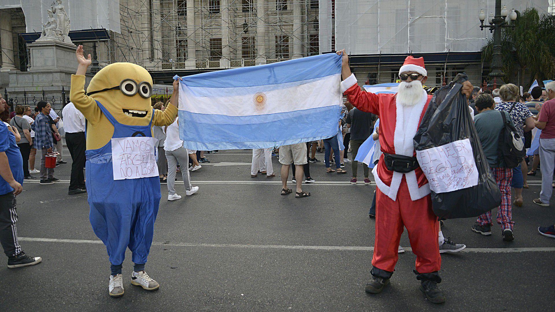 Un Minion y un Papá Noel con una bolsa ficticia de regalos también rechazó el proyecto de ley