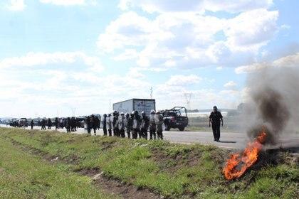 El pasado 11 de julio habitantes de Santa Rosa de Lima quemaron un tractocamión como respuesta a los supuestos abusos por operativos de las Fuerzas de Seguridad Pública del Estado (FOTO: ALEJANDRO ROJAS /CUARTOSCURO.COM)