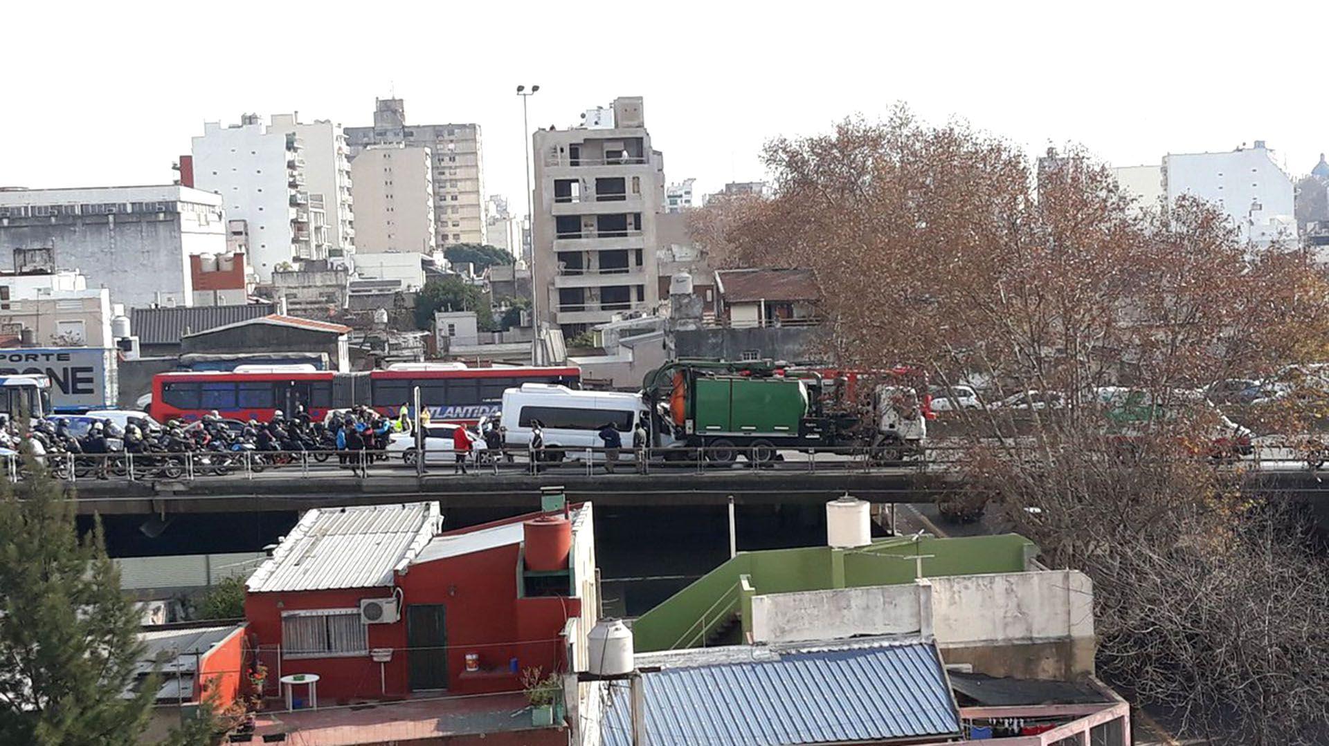 A raíz del siniestro se registraron fuertes demoras en la zona (@oteguiadrian)
