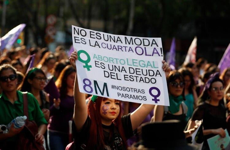 En esta fotografía de archivo del 8 de marzo de 2019, una manifestante sostiene en lo alto un cartel de apoyo a la despenalización del aborto durante una movilización de feministas el Día Internacional de las Mujeres en la Ciudad de México (Foto: AP)