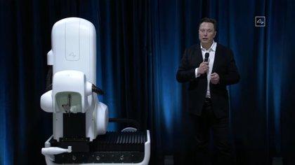Elon Musk junto al robot que se usó en las cirugías para insertar los chips en las pruebas realizadas en animales