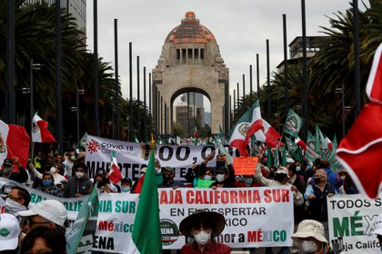 Sympathizers of the National Anti-AMLO Front (FRENA), march through the streets to demand the resignation of the President of Mexico Andr s Manuel L pez Obrador today in Mexico City (Mexico).  EFE / Jos  M ndez