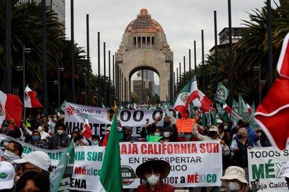 Sympathisants du Front national anti-AMLO (FRENA), défilez dans les rues pour exiger la démission du président mexicain Andr s Manuel L pez Obrador aujourd'hui à Mexico (Mexique).  EFE / Jos  M ndez
