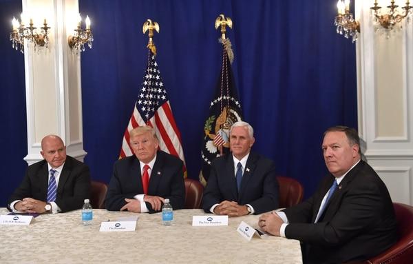 Trump con el consejero de seguridad nacional, H. R. McMaster, el vicepresidente Mike Pence y Pompeo