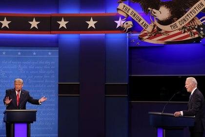 El presidente Donald Trump y el candidato demócrata a reemplazarlo, Joe Biden, durante el debate en Nashville, Tennessee (REUTERS/Jonathan Ernst)