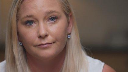 """Virginia Giuffre declaró: """"En la primera sesión de masajes con Epstein, fue Ghislaine Maxwell la que me indicó que me quitara toda la ropa y me mostró cómo debía practicarle sexo oral a Jeffrey. Yo tenía 16 años"""" (Netflix)"""