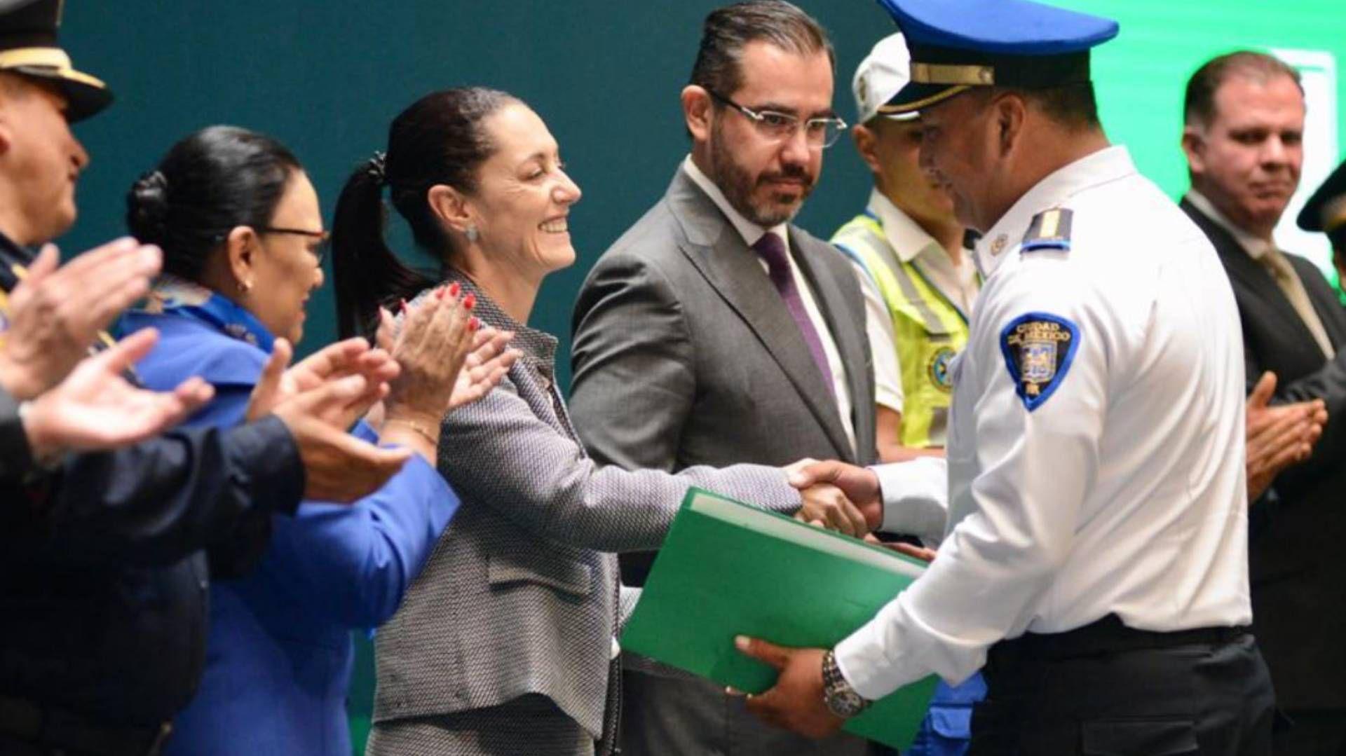 Policía que detuvo a mujer implicada en asesinato fue recompensado con dinero (Foto: Twitter SSC CDMX)