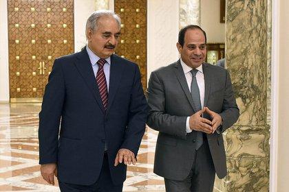 El presidente egipcio Abdel Fattah al Sisi, y el jefe militar libio Jalifa Haftar en un encuentro en mayo de 2019. (Presidencia de Egipto via AP, archivo)
