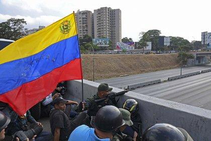 Soldados que apoyan al presidente interino Juan Guaidó se posicionaron frente a la base de La Carlota en Caracas el 30 de abril de 2019