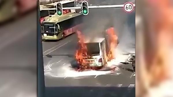 El autobús terminó carbonizado