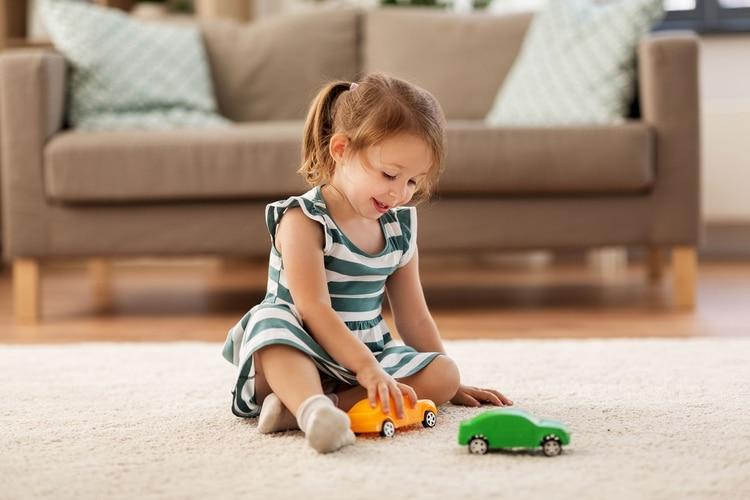 Son los adultos quienes hacen comentarios del tipo 'ese juguete es de nena' o 'qué feo una nena jugando con autitos' (shutterstock)