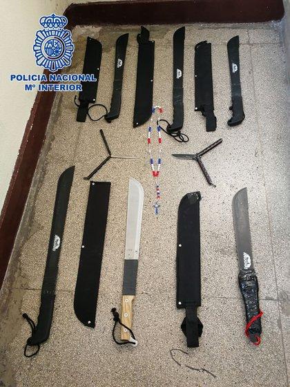 Algunas de las armas que les secuestraron a Los Trinitarios (Policía Nacional de España)