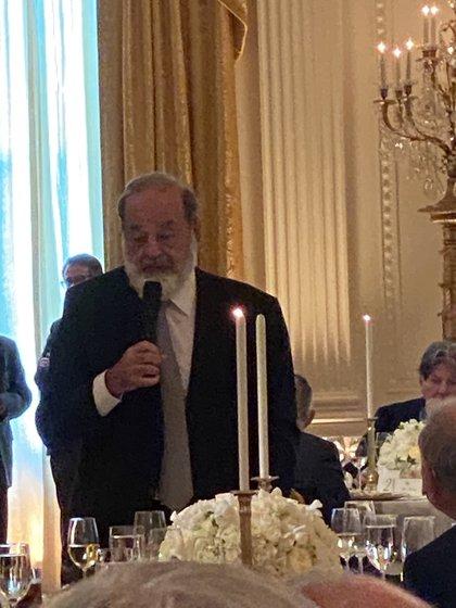 Carlos Slim tuvo turno al micrófono durante la cena (Foto: Twitter @PatyArmendariz)