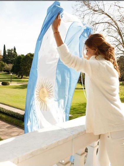 Para el 20 de junio, eligió lucir un total white look con polera blanca de angora y jeans blancos (@Juliana.awada)