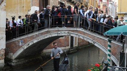 Organizar picnics en espacios públicos o demorarse demasiado tiempo en los puentes en Venecia es punible (Shutterstock)